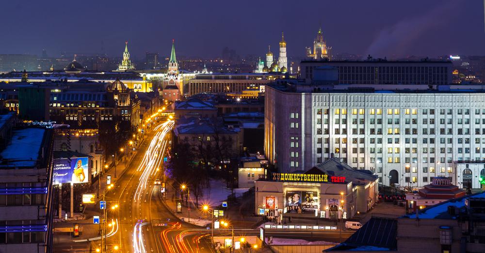 ALTER ARBAT. Die berühmteste Straße Moskaus liegt westlich des Kremls. Sie ist 1,25 km lang und erstreckt sich vom Arbatskaja-Platz bis zum Smolenskaja-Platz. Der Arbat ist eine der ältesten Straßen der Stadt und wurde erstmals 1493 erwähnt. Im 18. Jahrhundert wurde er durch Moskaus Intelligenzschicht und Künstlergemeinde bekannt, die gerne die zahlreichen Cafés aufsuchten und entlang der mit Herrenhäusern bestandenen Boulevards flanierten. Puschkin lebte mit seiner Frau in Haus Nummer 53; das Gebäude wurde in ein Museum verwandelt, das dem Schriftsteller gewidmet ist.
