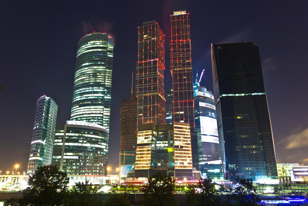 """MOSKAU CITY. Das Moskauer Internationale Handelszentrum """"Moskwa City"""" ist ein ehrgeiziges Ingenieursprojekt im Zentrum der russischen Hauptstadt. Es entstand auf einem alten, städtischen Gelände in der Nähe des Flussufers. Die eleganten Wolkenkratzer des Handelszentrums fallen in der Skyline der Stadt deutlich auf. Moskau City soll ein neues Geschäftszentrum in der Stadt schaffen."""