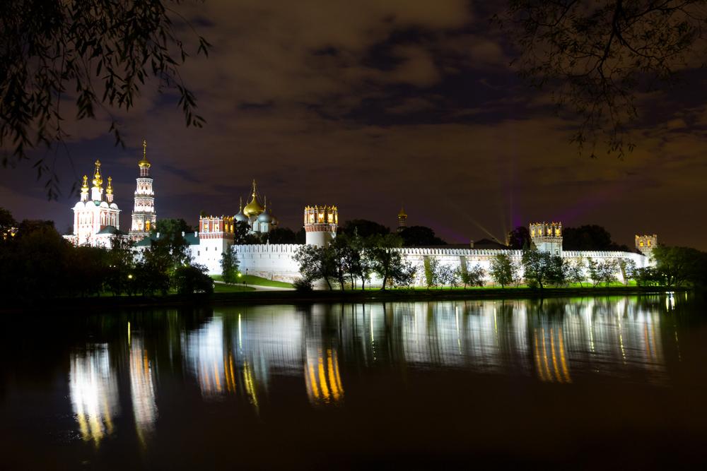NOWODEWITSCHI-KLOSTER. Es wird auf Deutsch auch Neujungfrauenkloster genannt, steht am Ufer des Flusses Moskwa und ist eine friedliche Oase abseits vom Trubel der Stadt. Die schöne Klosteranlage aus dem 17. Jahrhundert ist heute wieder in Betrieb. Außerdem gibt es einen stimmungsvollen Friedhof, auf dem viele der berühmtesten russischen Schriftsteller, Dichter, Politiker und Personen des öffentlichen Interesses begraben sind.