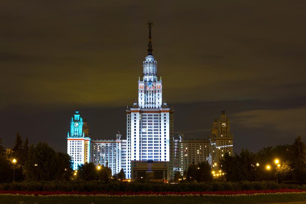LOMONOSSOW-UNIVERSITÄT. Sie wird auch Staatliche Universität Moskau genannt und wurde 1755 gegründet. Über 40.000 Studienabsolventen und Doktoranden sowie ungefähr 7000 Studenten vor dem ersten akademischen Abschluss studieren hier. Der Campus der Moskauer Universität ist ein äußerst komplexes System und bietet 1.000.000 m_ Grundfläche, die auf 1000 Bauwerke aufgeteilt sind. Es gibt acht Studentenwohnheime, in denen über 12.000 Studenten leben, sowie 300 km Versorgungsnetze.