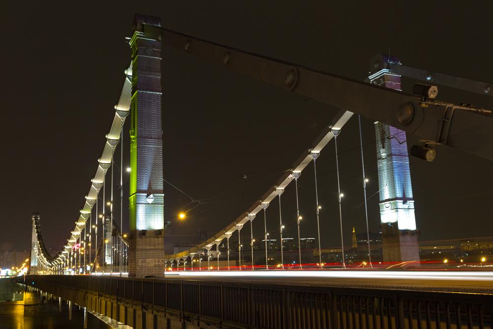 KRIMBRÜCKE. Die Moskauer Krimbrücke überspannt die Moskwa 1800 m südwestlich des Kremls und führt den Gartenring über den Fluss.