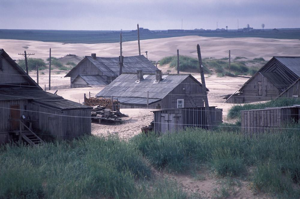 A Choïna, le sable est omniprésent. Il est partout, aussi loin que porte la vue. Les dunes, qui migrent le long de la côte de la mer Blanche sous l'action du vent d'ouest, peuvent enterrer une maison jusqu'au toit en une seule nuit.