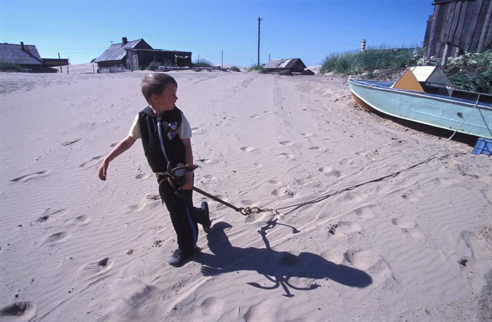 Personne ne connaît la raison exacte pour laquelle le sable rampe le long de la côte. Le phénomène n'a pas été étudié en détail par les scientifiques. Ces derniers n'ont pas non plus étudié les moyens d'arrêter les dunes.