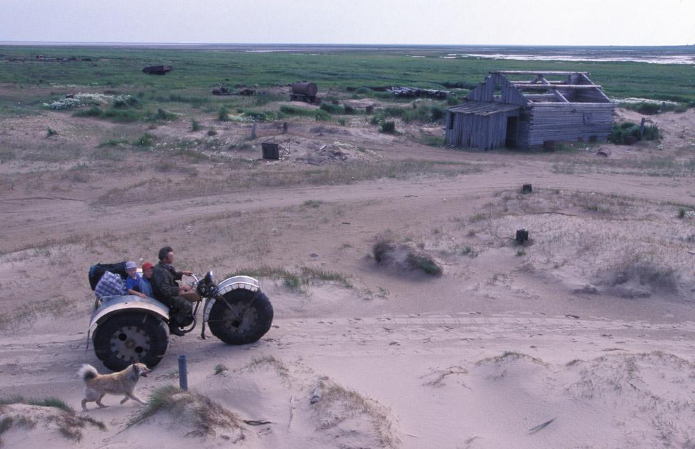 Les hommes vivent de la chasse. Un chasseur local affirme que les oies sont ici aussi nombreuses que les grains de sable dans les dunes. Il y a aussi des ours, mais on les chasse rarement : la viande n'est pas savoureuse. Les environs comptent une grande variété d'animaux sauvages, y compris certaines espèces rares d'oiseaux. Pas étonnant que les ornithologues se fassent un point d'honneur à s'y rendent chaque année.