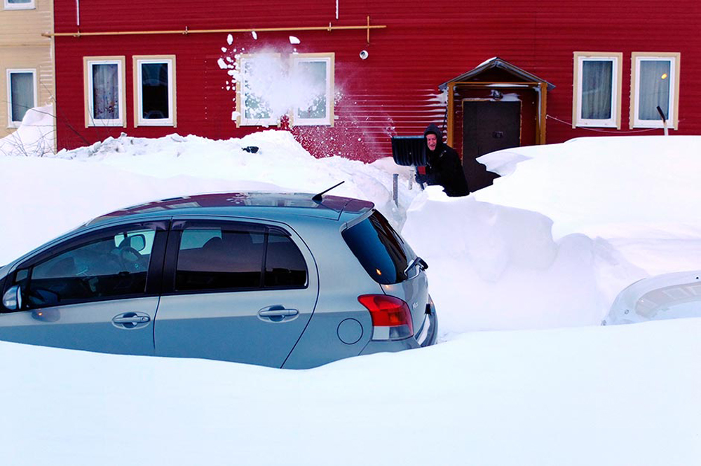Во областа Сахалин локален жител се обидува да го ископа својот автомобил од наносите на снег. Ден претходно овде имало обилни врнежи од снег.