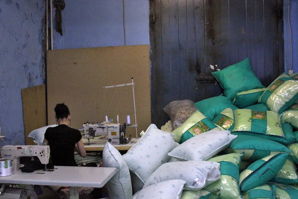 Olga ha 24 anni. Anche lei lavora in una fabbrica di abbigliamento e ha chiesto di non essere fotografata. È timida e un po' imbarazzata perchè non si è ancora sposata. Dice di essere troppo vecchia per incontrare un uomo