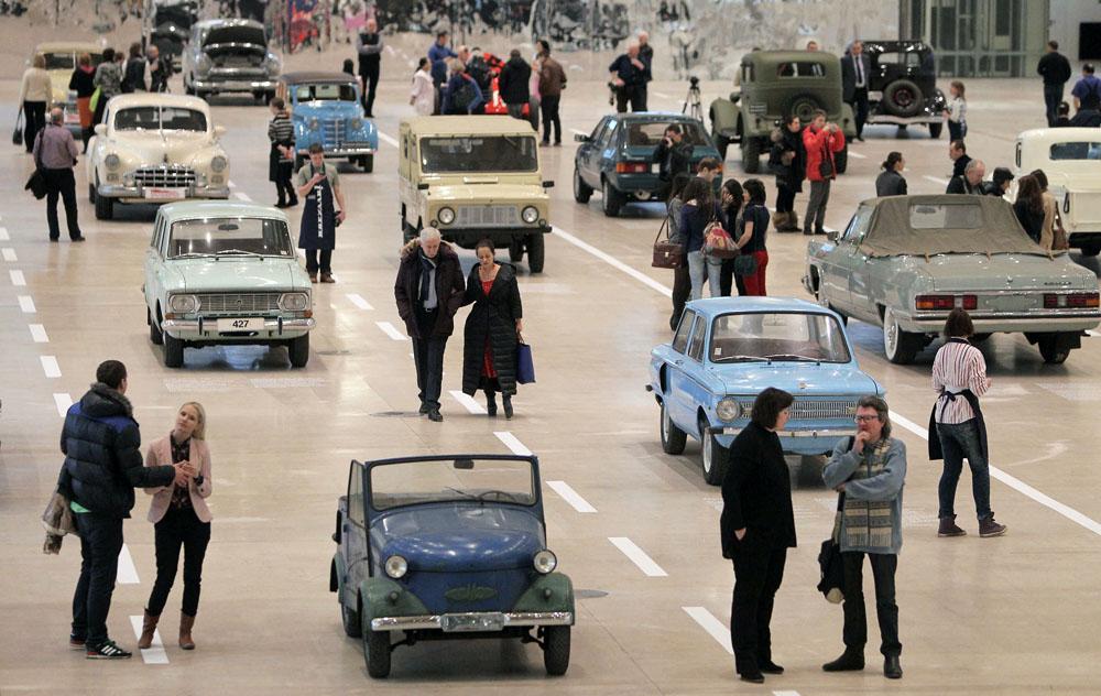 """El centro Manezh, situado junto al Kremlin, exhibirá veintisiete coches soviéticos """"retro"""". La exposición mostrará las leyendas de la industria automovilística soviética a lo largo de la historia de este país desde 1929 hasta 1991."""