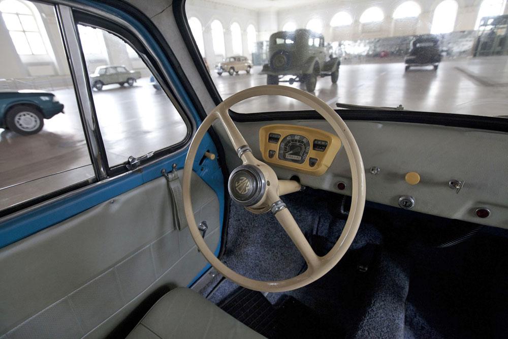 """El Zaporozhets sigue siendo recordado con cariño en muchos países de la antigua Unión Soviética. Como el escarabajo de Wolkswagen o el Trabant de Alemania Oriental, el Zaporozhets soviético estaba destinado a ser el """"coche del pueblo"""". Era el coche soviético más barato y por lo tanto el más accesible para el ciudadano medio."""