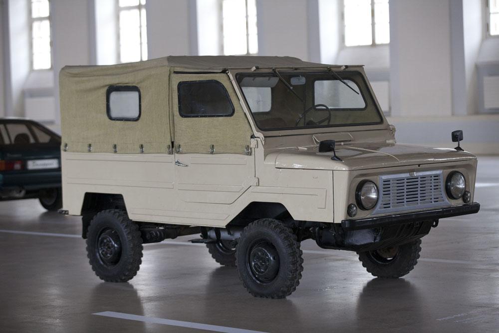 LuAZ-967 était la désignation civile du transporteur de la ligne de front, un petit véhicule amphibie soviétique d'entraînement à quatre roues. Il a été conçu en 1959 à l'usine Moskvitch MZMA pour les troupes aéroportées russes. La production de masse a eu lieu de 1961 à 1975 à l'usine automobile de Loutsk (Luaz).