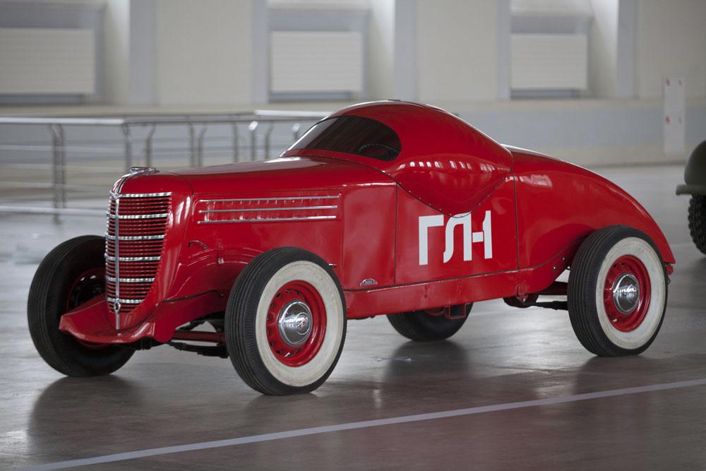 El GAZ-GL-1, un coche de carreras experimental fabricado en 1940. Hoy en día el grupo GAZ es el fabricante líder en vehículos comerciales en Rusia. El grupo GAZ produce vehículos comerciales ligeros y medios, camiones pesados, autobuses, coches, chasis y componentes automotrices.