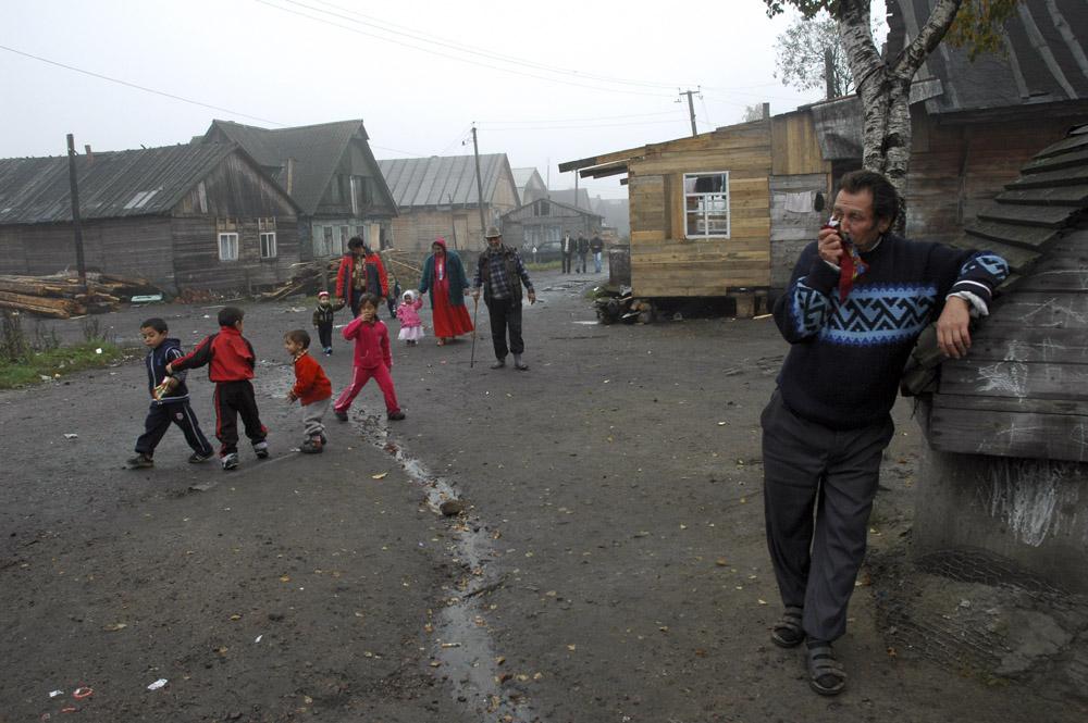 """1/10. Цигани који живе у селу Пери у околини Санкт Петербурга своје насеље зову """"табор"""". Овде су се доселили из Молдавије пре више од 30 година."""