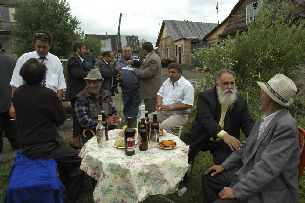 First, all the guests are treated to a meal at the bride's house, before relocating to the groom's apartment for the evening festivities. The tables creak under the weight of bottles of champagne, vodka, and other drinks. But gypsies are almost entirely teetotal. They only raise their glasses symbolically to the health of the newlyweds and the birth of many children.