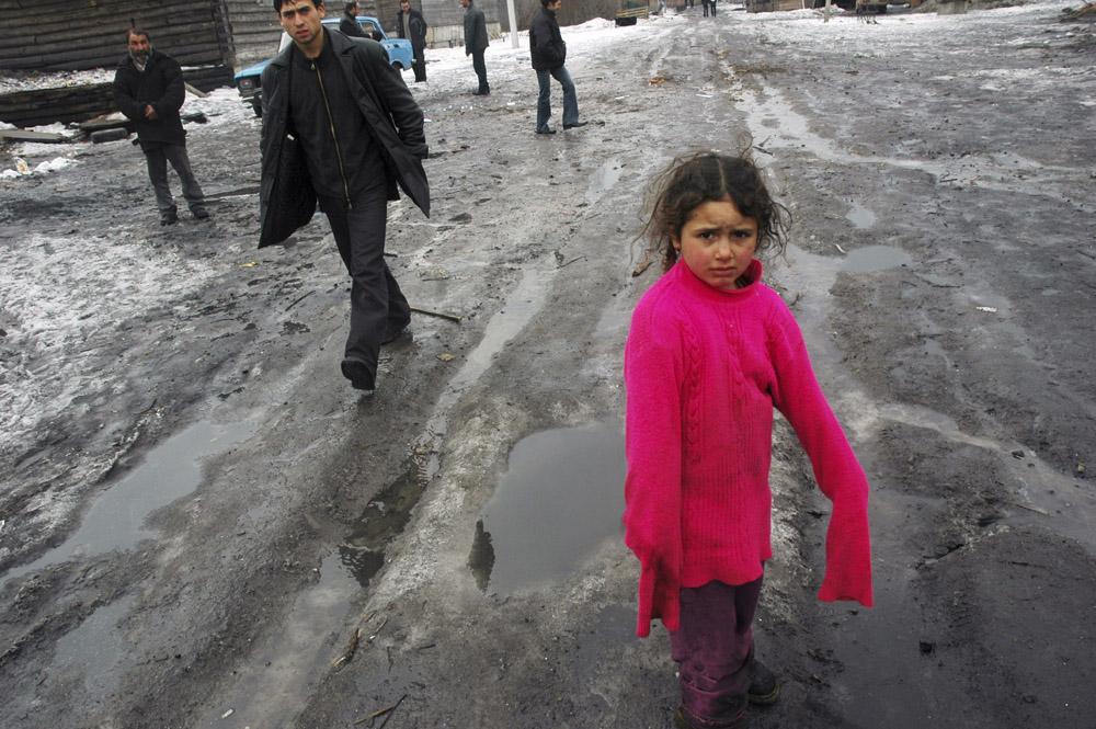3/10. У селу Пери данас живи више од 500 ромских породица. Њихов живот је тежак, али истовремено и радостан и необичан, баш као у филмовима Емира Кустурице.