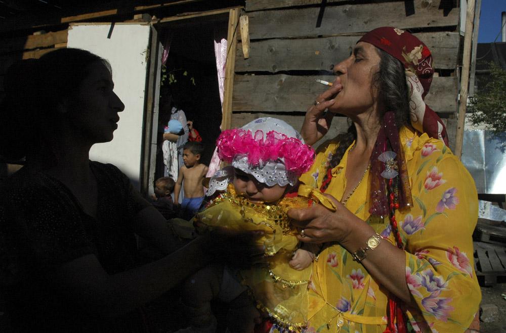 6/10. Цигани рођени у овом селу никада нису посетили земљу својих предака, али брижљиво негују традицију молдавских Цигана: говоре молдавским језиком и на дан венчања везују црвене траке у косу.
