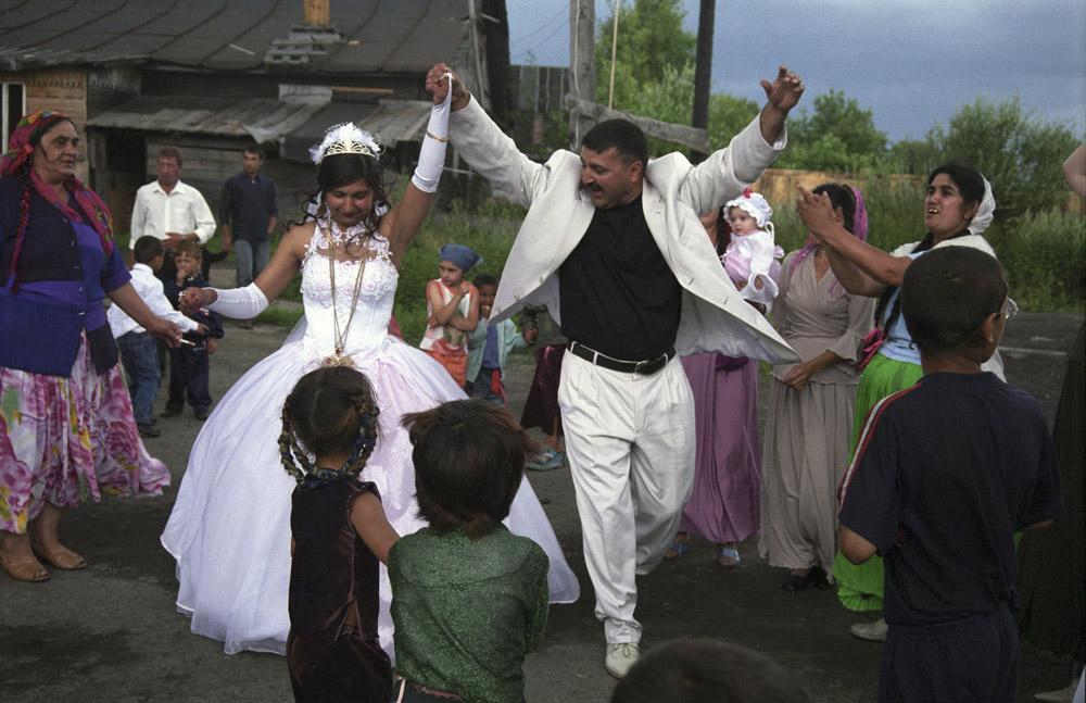 """7/10. Цигани се не венчавају из љубави. Њихову судбину одређују родитељи. Трошкове венчања у потпуности сноси младожењина родбина. Штавише, они плаћају и високе суме новца младиној породици – такозвани """"откуп""""."""
