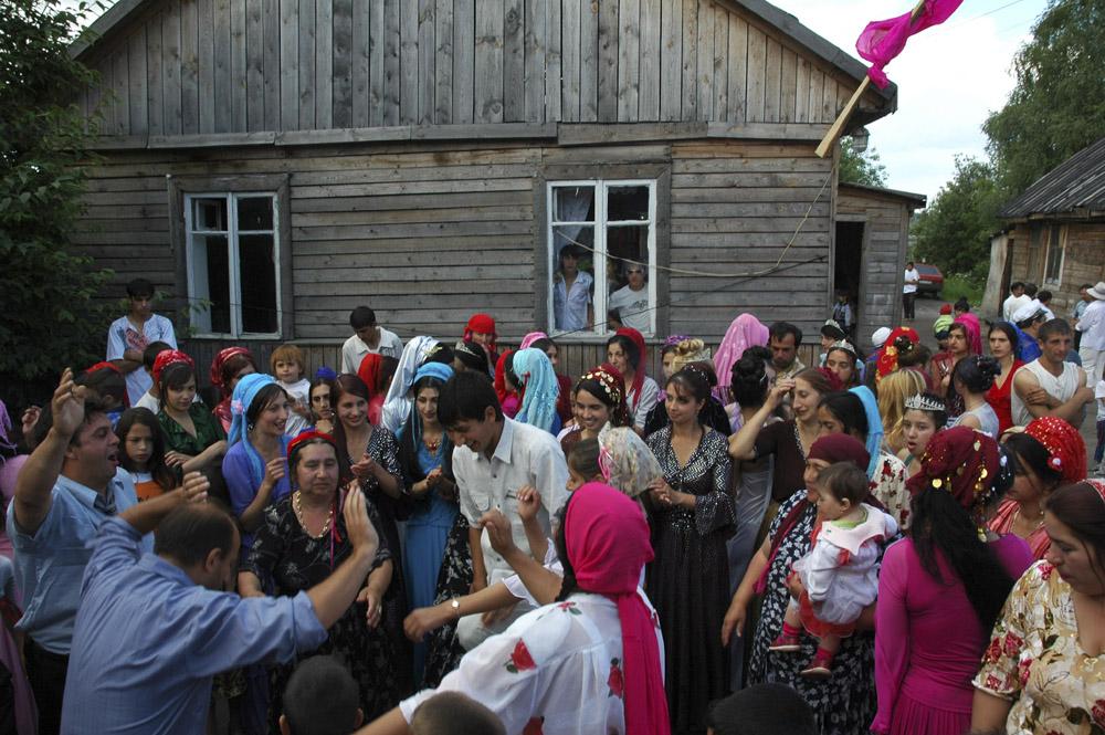 9/10. У слављу учествује цео табор. Од раног јутра једу, пију и веселе се, при чему су мушкарци и жене одвојени. Црвена застава, симбол ромског венчања, истакнута је на кући у којој се одвија свадбено весеље.
