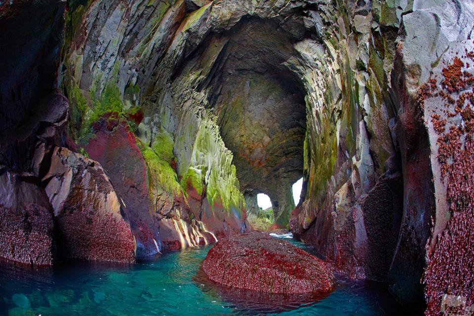 Es kann mit seinen ungewöhnlichen Farben schockieren // Emerald Grotte, Kurilsk