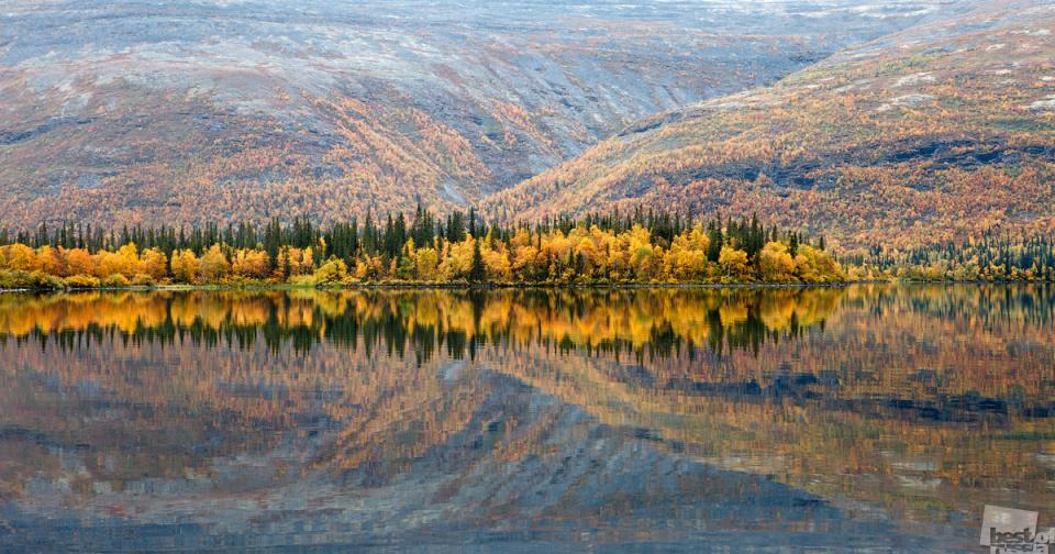ベスト・オブ・ロシアは、毎年1回実施される、定評あるロシアの写真コンテスト。今年で5周年を迎えるこのコンテストは、ロシア人の間でたいへんな人気を集めている。ここに「自然」部門の入賞作品をご紹介する。// 水面に映る秋の色、ムルマンスク