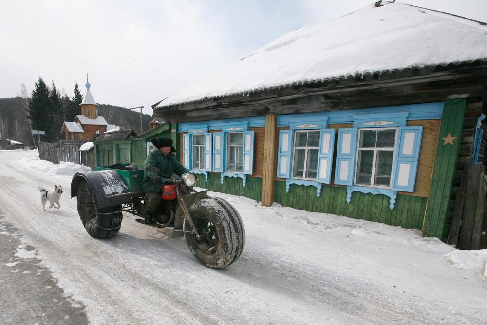 ユシュコフは1971年に作られたソ連製の「IZHプラネタ」オートバイを改造して、いかなる気候条件でもタイガを走れるオフロード走行のためのバイクを作った。 ユシュコフは自作の三輪クロスカントリー車両をオフシヤンカ村で乗り回す。