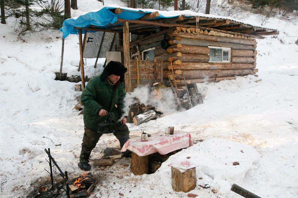 ユシュコフは僻地のタイガにある自作の狩猟小屋に運転した後にお茶をいれる。