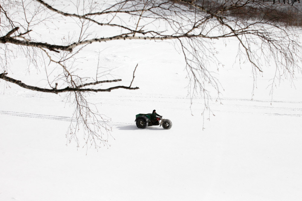 """Aleksandar vozi svog """"Bolivara"""" duž zamrznute rijeke Mane. Velike mekane unutrašnje gume imaju i važnu ekološku funkciju: ne uništavaju tlo i rastinje."""