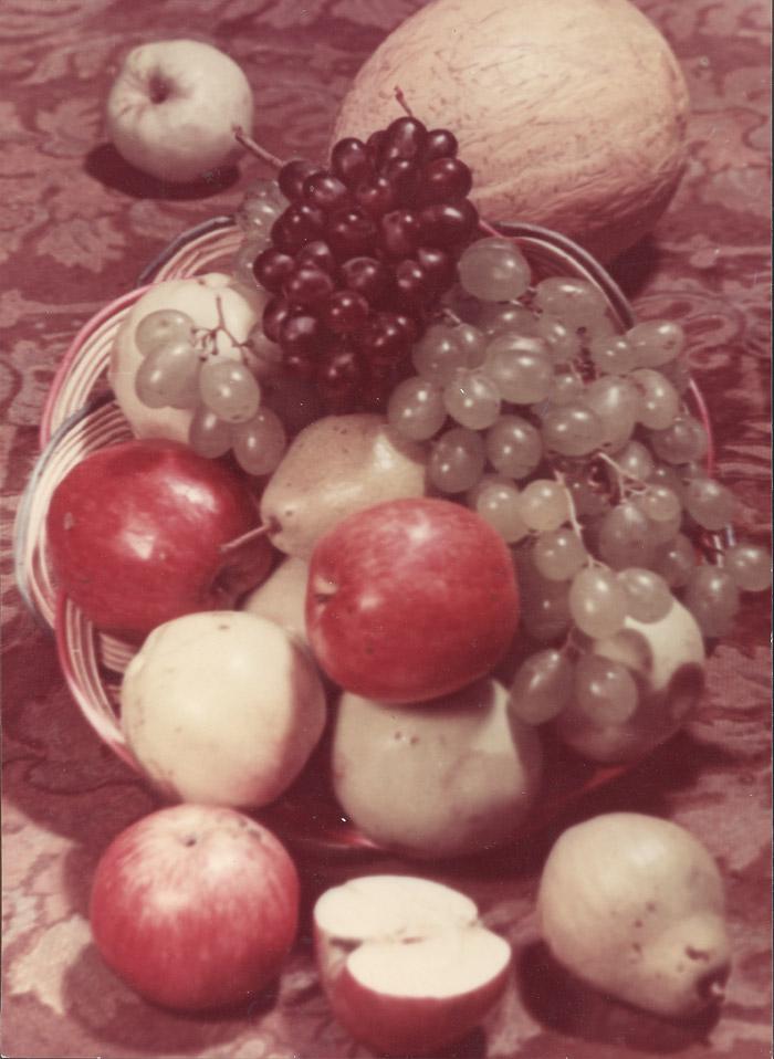 フルーツ。1949年。カラープリント。//当時は、果物の静止画にも政治的イデオロギーが含まれており、ソ連の人々は、飢えた戦後、食品流通の配給カードシステムがまだ機能していた飢えた国には存在しない食材を料理本で見ることができるように撮影された。