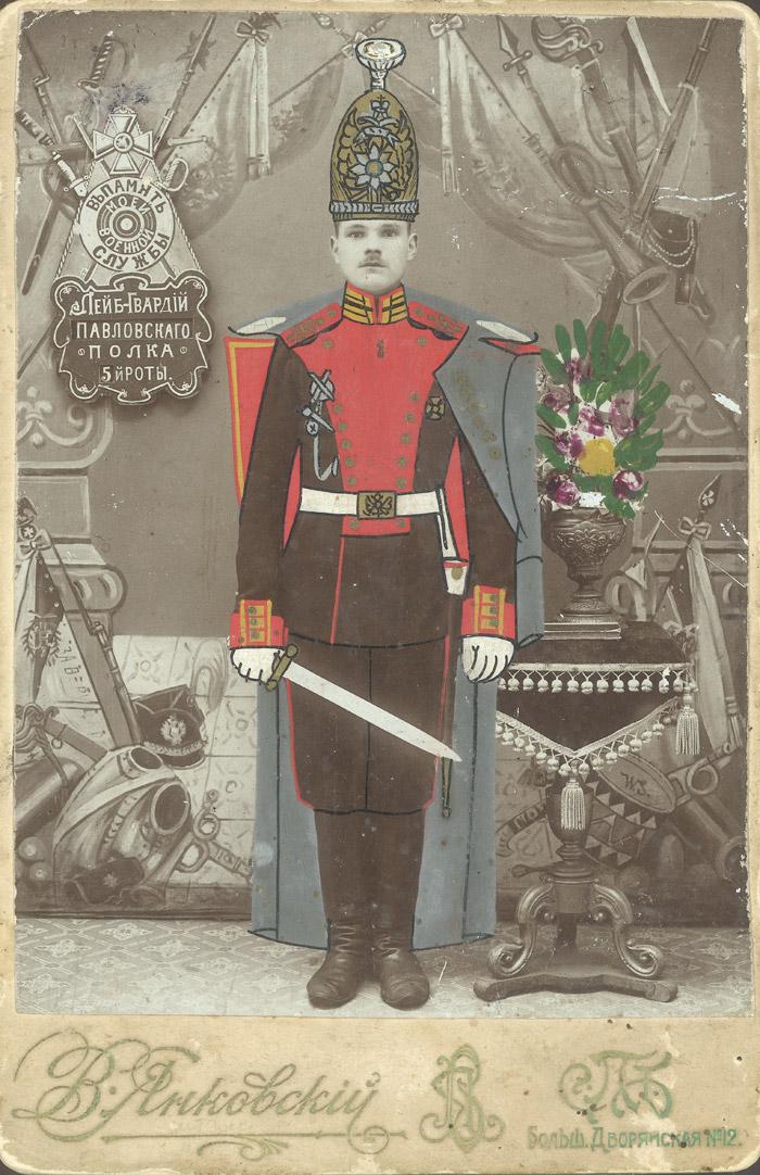 「私の兵役を偲んで」サンクトペテルブルク。 1910年代の初め。コロジオン、絵の具。 //カラー写真は、ヨーロッパとほぼ同時期の1860年代にロシアでも広く使われるようになった。これは手描きで水彩と油彩で写真プリントを着色するということであった。