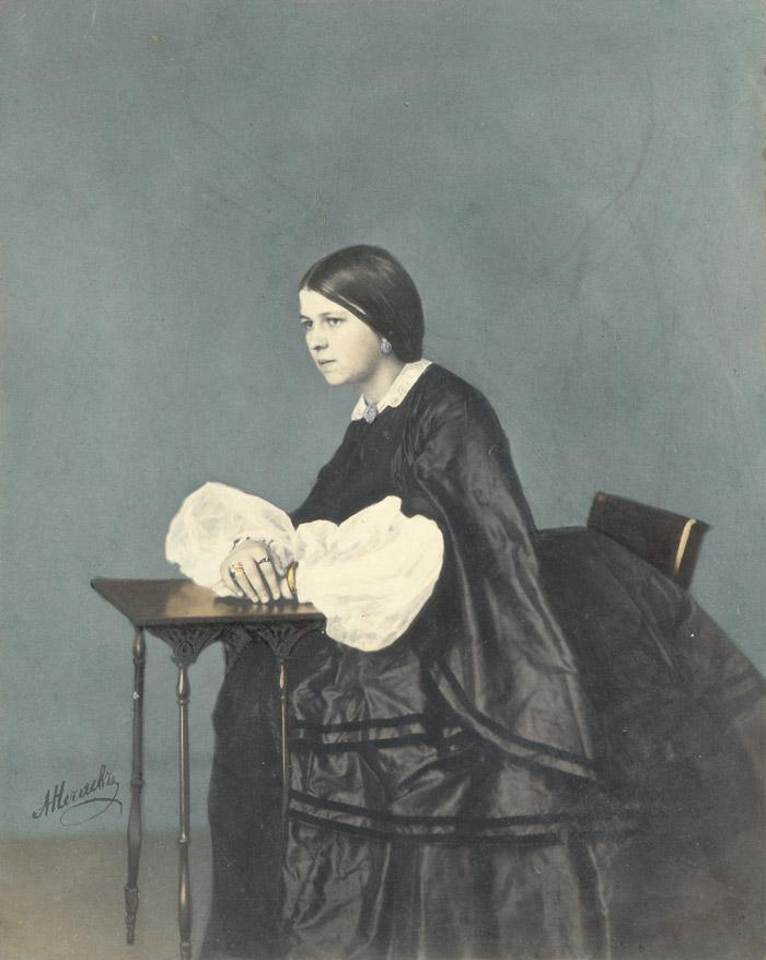 少女のポートレート。1860年代。鶏卵紙、絵の具。//人々はカラーで、特に絵画的なフォーマットで、自分のイメージを見たいと思った。初期の写真の着色は鶏卵紙を含む、プリントされたもの欠陥を隠すことが出来た。