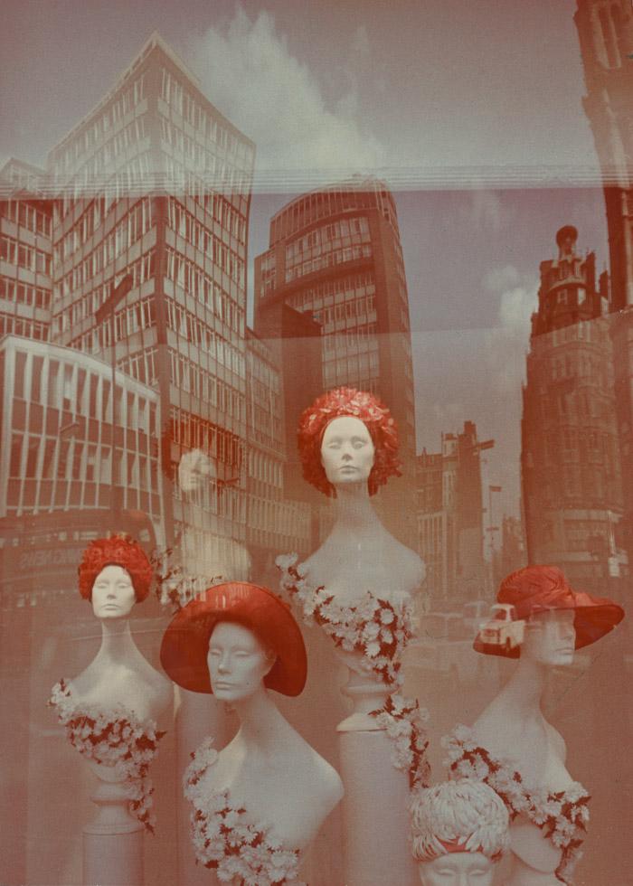 ショーウインドウ。1970年代の初め。カラープリント //リバーサルフィルムは、1960年代から1970年代にソ連の一般市場に登場した。複雑で高価な現像プロセスを必要とするカラーネガフィルムとは対照的に、カラースライドフィルムは家庭内でも現像することが出来た。