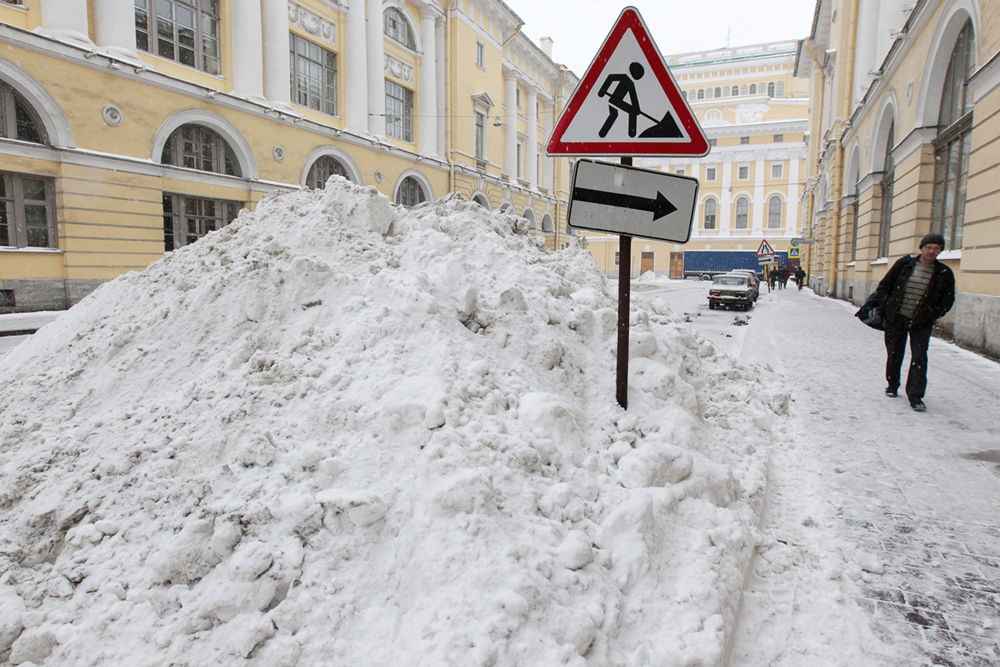 いわゆるロシアの「北の都」、サンクトペテルブルクは、最近の降雪後に本当に北の都に見える。サンクトペテルブルクの通りや中庭はぐちゃぐちゃになっている。ほとんどの歩道は雪に埋もれている。