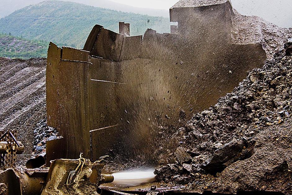 放水器の強い水流で、洗浄機の容器に入っている含金石が薄いパルプに変わる。パルプは洗浄機の桶に入る。