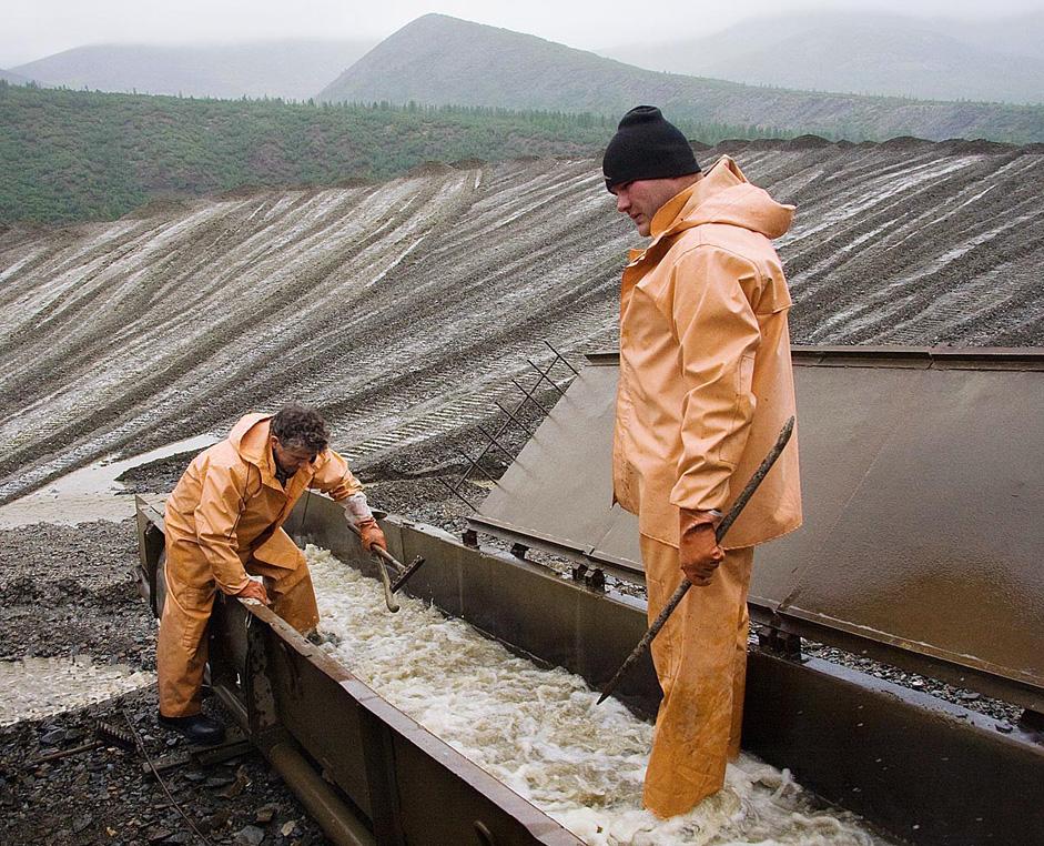 水は軽い石と一緒に、桶から流出する。ブルドーザーが排水用の溝をつくる。