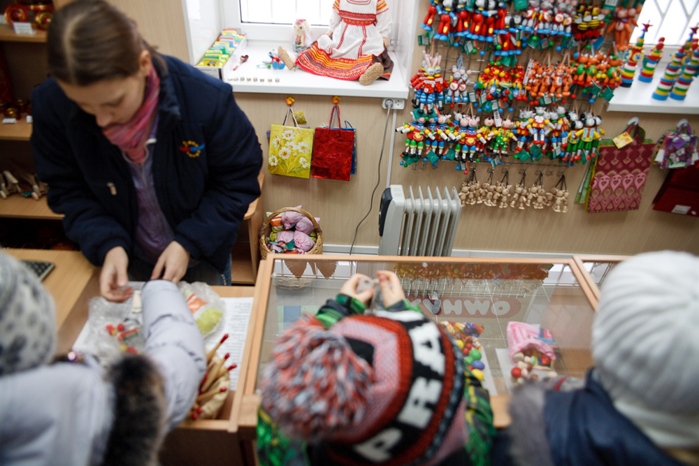 After the excursion, Klimo toys and products made by other folk craft companies (Khokhlomy, Gzhel, Filimonovo, Zhostovo, etc.) can be purchased in the local shop.