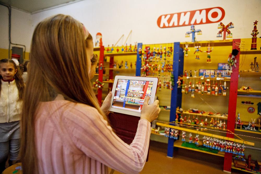 クリモは1911年に創業したロシア民俗芸術事業であり、当初はポドルスク地区にある、バベンキの村にあり、1934年よりモスクワ地方のクリモフスクの町で営業している。