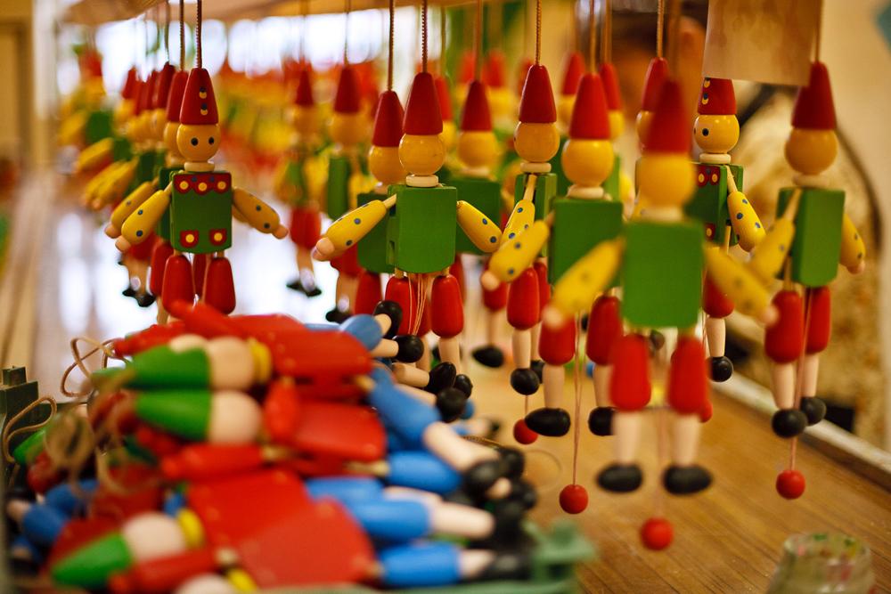 子供のための遠足はクリモフスクで開催されている。子どもたちは木のおもちゃの魔法の世界に入る。
