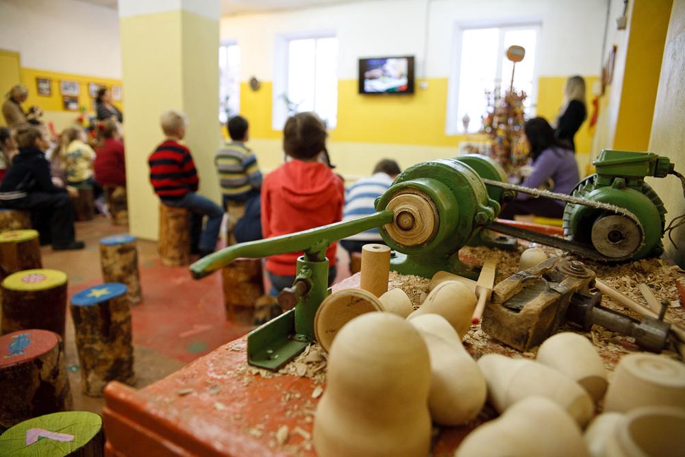 現代のメーカーは忠実に民俗職人の伝統を維持し、国家遺産の工芸品を作り出す企業として登録されている。すべての製品は、環境に配慮した素材から作られている。