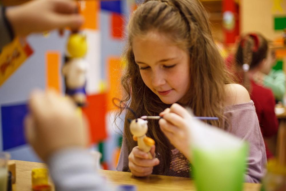 おもちゃのワークショップでは、子どもたちが職人によって作成されたパターンを使用して、新しく組み立てられたおもちゃに色づけする機会を与えられる。