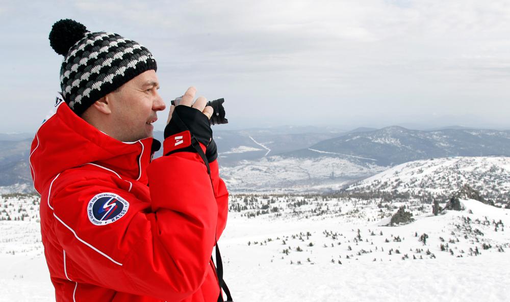 Рускиот Премиер Дмитриј Медведев го фотографира ски-центарот Шерегеш во Кемерово.