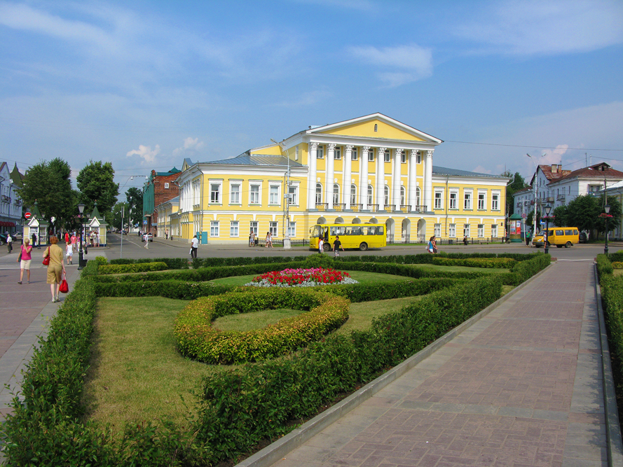 "Susaninskaya Square, also called ""Frying Pan"" is a giant square in the centre of Kostroma. At one side there are large arcades of the ancient markets and at the other side there are the firewatch-tower, the Guard House and the palace of General Borshov."