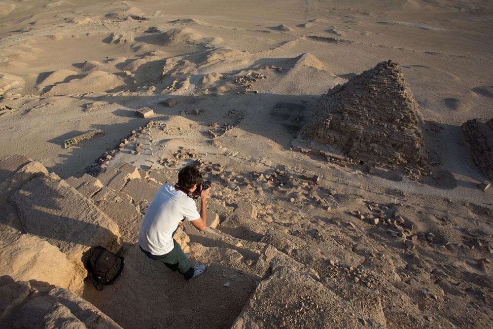 首都の高層ビルを征服した後、モスクワからの3人の「ルーファー」達は更に極端な目標を定めた。彼らはカイロに行き、エジプトの法律に違反して、クフ王のピラミッドを登った。計画は、3月19日に実行され、彼らは「世界の七番目の不思議」を夜、何も機材を使わず、登った。