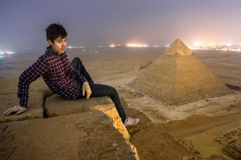 言うまでもなく、エジプト最大のピラミッドには厳重な警備がついている。しかし、ルーファー達には計画があった。彼らは日中、普通の観光チケットで入場した。しかし、閉館間もなく、彼らは近くの墓の一つに隠れた。