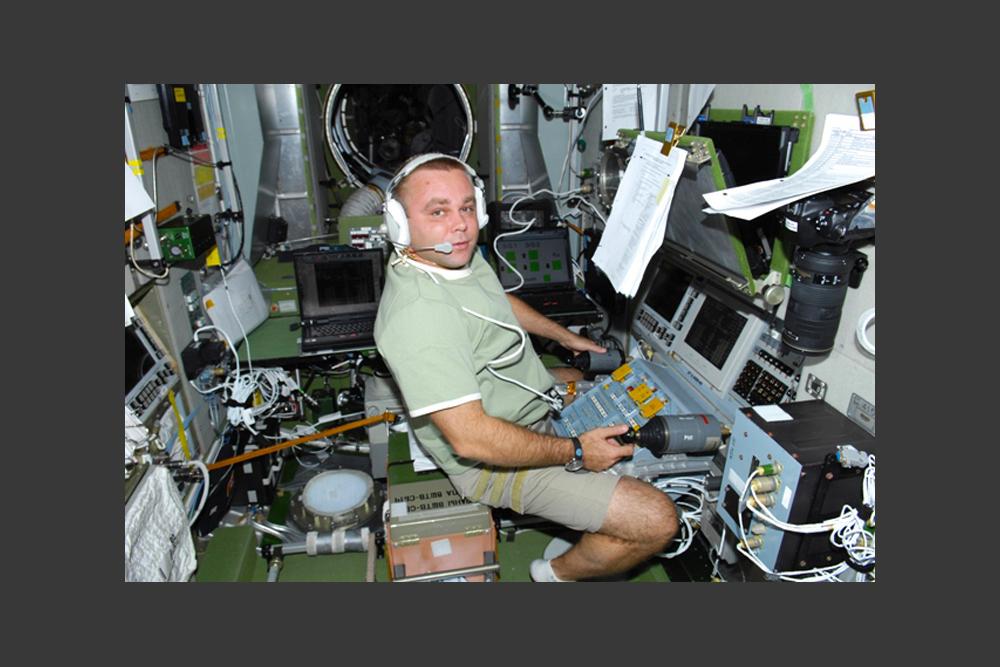 マクシム・ヴィクトロヴィチ・スラーエフさんは、ロシアの宇宙飛行士で、ロシア連邦英雄の称号をもつ。空軍大佐で42歳だ。宇宙飛行中にブログを書いたロシア初の宇宙飛行士となった。雑誌「Wired」は、宇宙関連ブログのなかで、彼のものが一番楽しく面白いと認めた。