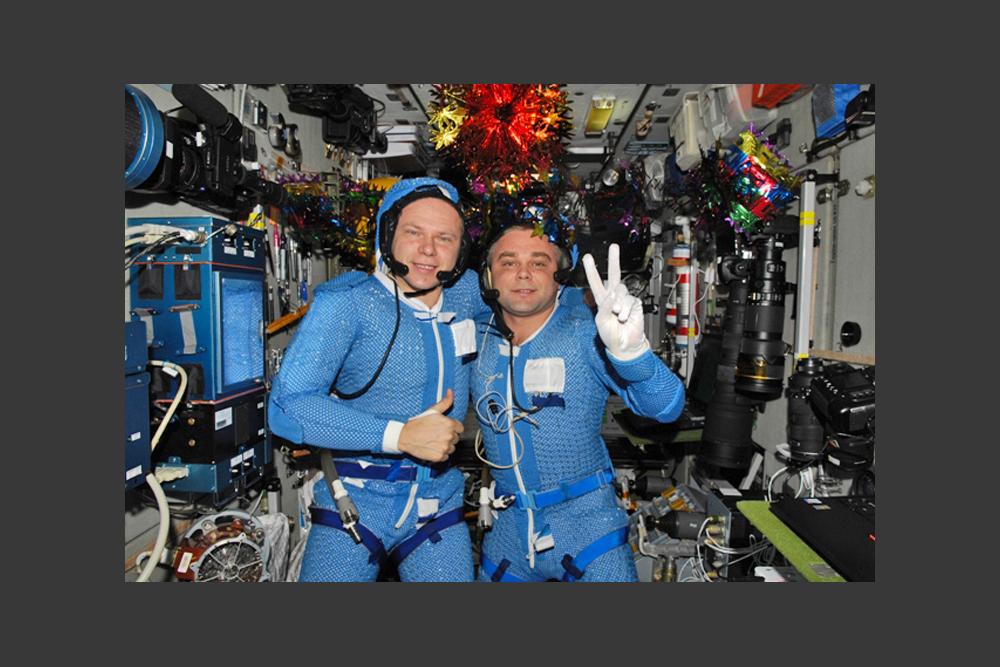 マクシムさんは人気ブロガーであるばかりでなく、テレビ番組のリポーターでもある。あるテレビ局と共同で、科学教育番組のために、ISS で撮影している。