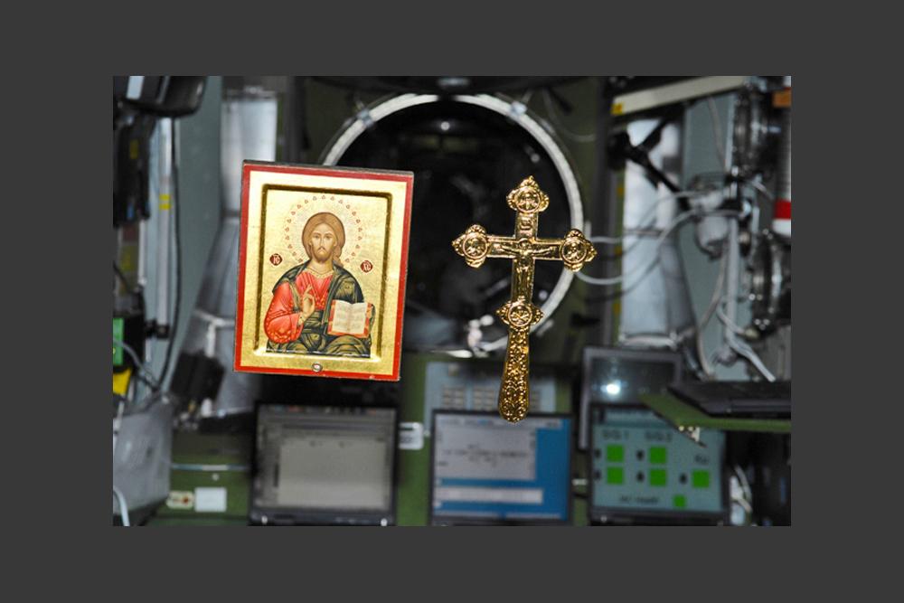 ISSのロシア居住区には、イコンが4つある。聖書と大きな十字架もある。この十字架は、故アレクシー2世総主教が、ロシア連邦宇宙庁(ロスコスモス)の幹部に贈ったもので、2006年にソユーズТМА-8宇宙船が運んできた。