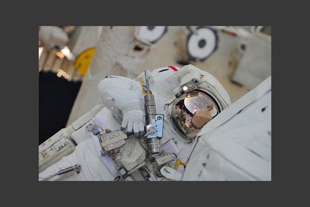 スペースシャトル「エンデバー」の米国人乗組員の作業。仕事は「優」の出来栄えで、3回宇宙遊泳を行った。この時シャトルは、国際宇宙ステーション(ISS)のアメリカ居住区のために新しいモジュールを運んできた