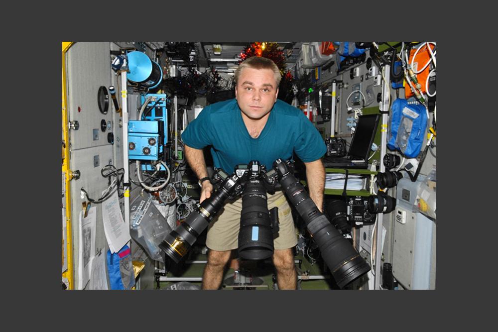 国際宇宙ステーション(ISS)ではどんなカメラが使われるのだろうか?ここにある撮影機材はすべてプロ用だ。レンズも様々で、パノラマ撮影用、夜間用、居住空間内用、大画面用など全部で15種類ほどある。要するに、カメラもビデオも何でもありだ。
