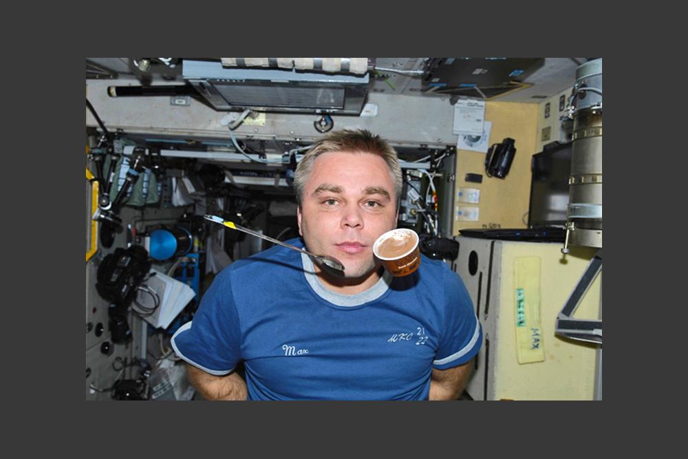 マクシムさんは、宇宙での自分の生活をいつもユーモアたっぷりに描写する。「ほら、無重力空間では何でも飛んでいるでしょう?食べ物もスプーンも私自身も」。