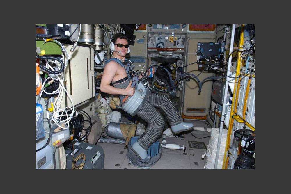 ISS での生活は分刻みで全部決まっている。毎朝、宇宙飛行士は健康診断を受けなければならない。心身を快調に保つため、毎日の身体トレーニングが不可欠だ。