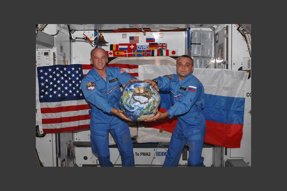 ロシアは、常に軌道上に誰かを送り込んでいる数少ない国の一つだ。ISSのロシア居住区には絶えずクルーがいる。現在のところ2人だが、3人に増員される予定。米国人飛行士とは毎日3~4回顔を合わせる。