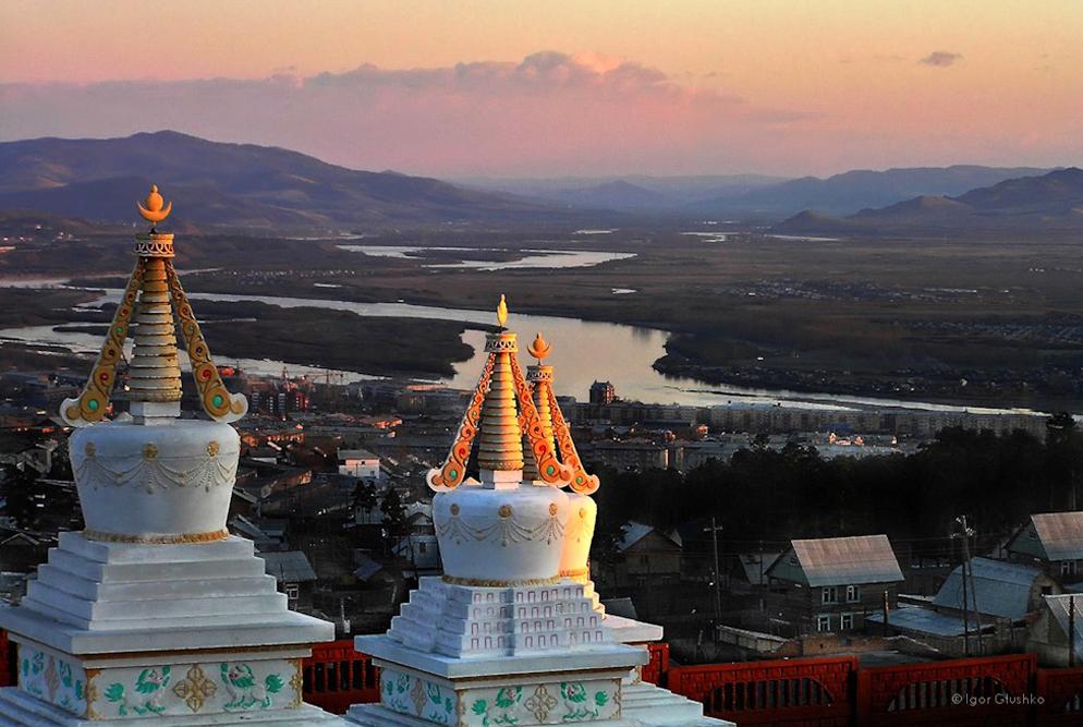 Ulan-Ude adalah ibu kota Republik Buryatia yang terletak sekitar 100 kilometer sebelah tenggara Danau Baikal. Kota ini merupakan kota terbesar ketiga di Siberia timur berdasarkan jumlah penduduk. Sampai pertengahan abad ke-17, wilayah di sekitar Ulan-Ude adalah rumah bagi orang Buryat, subkelompok nomaden Buddha dari Mongol. Orang Buryat awalnya adalah penggembala nomaden, dengan kesamaan budaya dan bahasa dengan orang-orang Mongolia dan persamaan agama dengan Buddha Tibet.